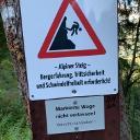 Warnhinweis am Weg