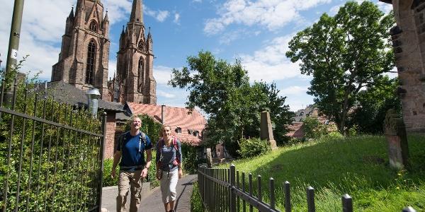 Im Hintergrund die Türme der Elisabethkirche Marburg