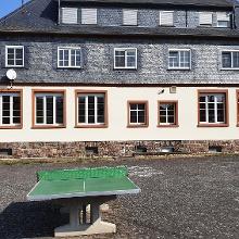 Parking hinter dem Rathaus Gehlweiler, nicht gerade lotrecht montierte Tischtennisplatte