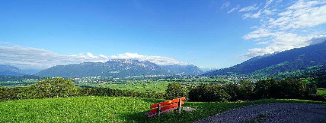 Km 9,5: Bald nach der Überquerung des Rofisbachs eröffnen sich wieder schöne Aussichten auf das Rheintal und unseren Zielort Grabs.