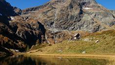 Ostseite. Hochgolling mittig (2862 m), links Tramörtenscharte und rechts Rottor. Im Vordergrund der Gralatisee