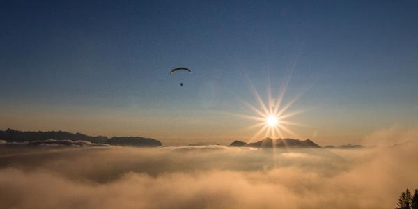 Über den Wolken, der Sonne entgegen.