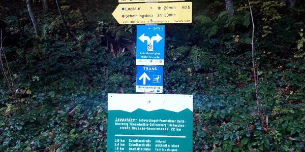 Wanderschilder am Parkplatz - der Mannsberg ist nicht angeschrieben