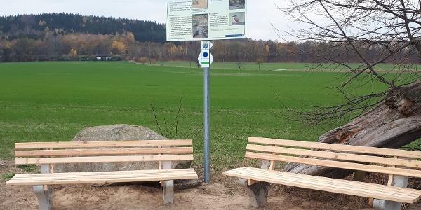 Tafel historischer Weg mit Sitzbänke