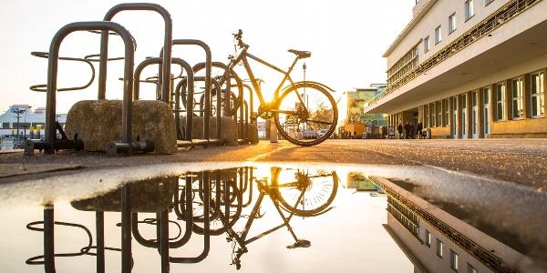 Fahrrad vor dem Zeppelin Museum Friedrichshafen