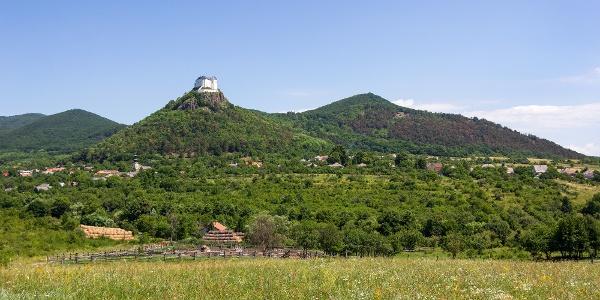 Füzér vára trónol a kevély vulkáni kúp tetején a falu házai felett