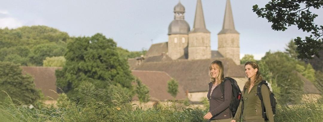 Wanderer vor der Benediktiner-Abtei