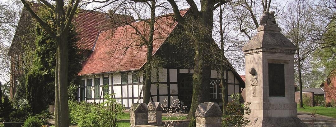 Denkmal mit Pfarrhaus