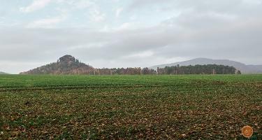 Foto Im Vordergrund der Zirkelstein, hinter dem Elbtal im Hintergrund der Große Winterberg