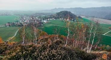 Foto Blick vom Zirkelstein nach Schöna und zur Kaiserkrone, im Hintergrund die Schrammsteine