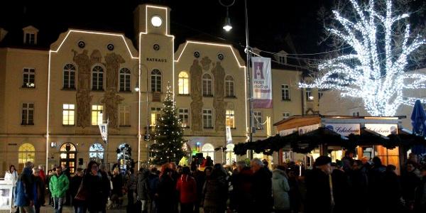 Hauptplatz und Rathaus im Advent