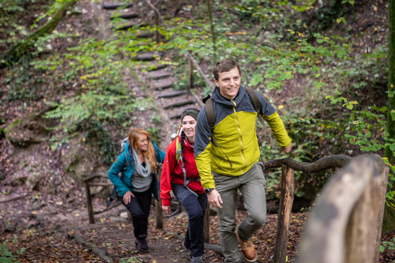 """Wanderer durchqueren eine der typischen Klammen auf dem Wanderweg """"Rund um Dalem"""""""