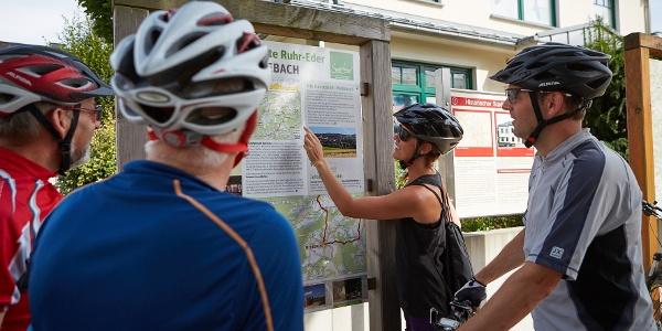 Routenplanung vor der Tourist-Information in Medebach