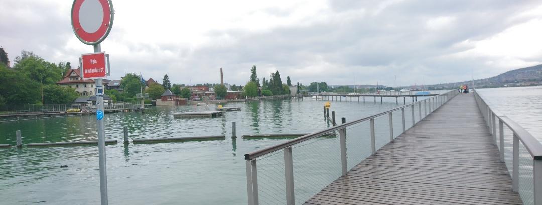 Auf dem Holzsteg im Zürichsee