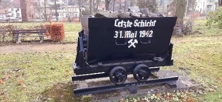 Foto Grubenhunt am ehemaligen Bahnhof zur letzten Schicht in Berggießhübel am 31.05.1942.