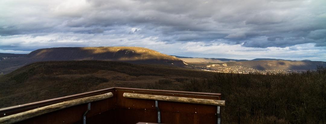 Kilátás a Dévényi Antal-kilátóból a Pilis-tető és Pilisszántó felé