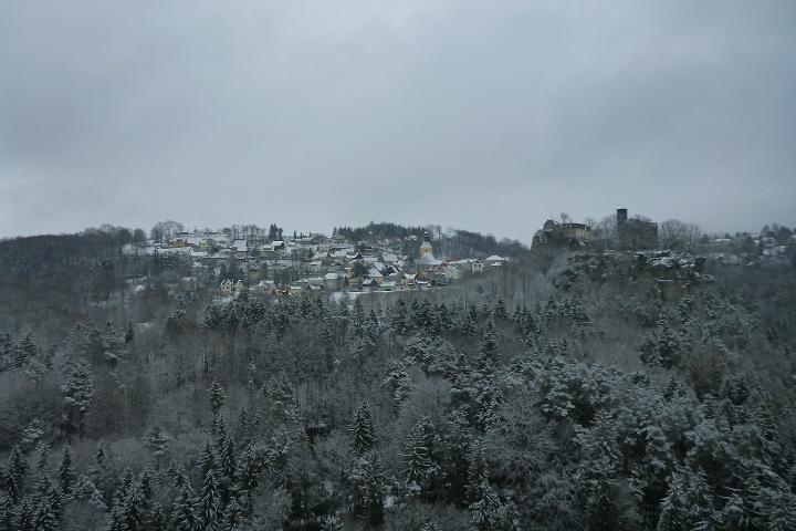 Foto Ausblick vom Hockstein zur Burg und Stadt Hohnstein