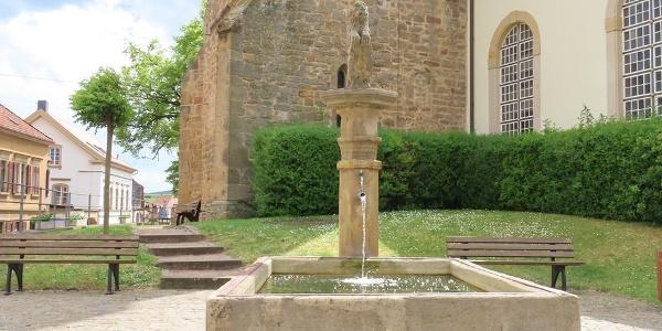Löwenbrunnen vor der St. Salvator Kirche Kallstadt