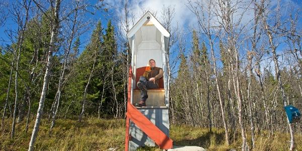 Erfaringsstol Fuglehus ved Synnhallia/ Vestfjellveien. Nature experience chair Fuglehus on Synnhallia/Vestfjellveien