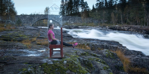 Erfaringsstolen ved Lundebrua, elva Etna er skapt av Ingela og Lars Agger.  The nature experience chair at Lundebru bridge was designed and made by Ingela og Lars Agger.