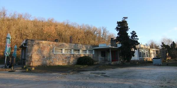 A Mókus Kör rajtja és célja a Gyermekvasút Szépjuhászné állomásépületében lévő büfénél található