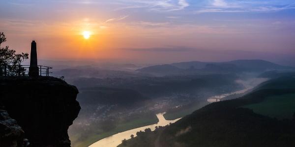 Sonnenaufgang mit Obelisk vom Lilienstein