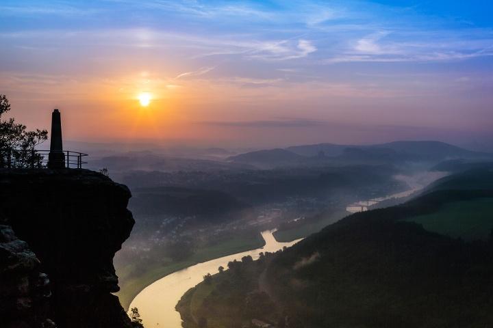 Foto Sonnenaufgang mit Obelisk vom Lilienstein