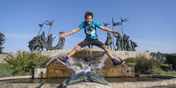 Sportliches Kind vor dem Nibelungendenkmal Tulln