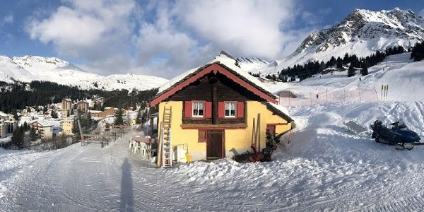 La Hütte e uno sguardo verso il villaggio