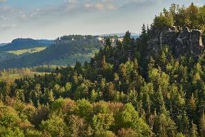 Foto Im Vordergrund Kleiner Bärenstein dahinter Festung Königstein dahinter Lilienstein