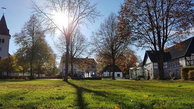 Kirche und Schützenhalle_Magnus Bende