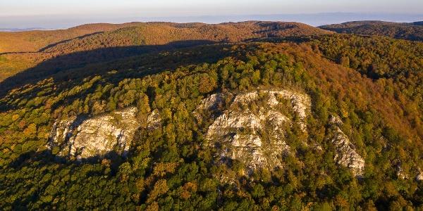Drónfelvétel a Tar-kő szikláiról