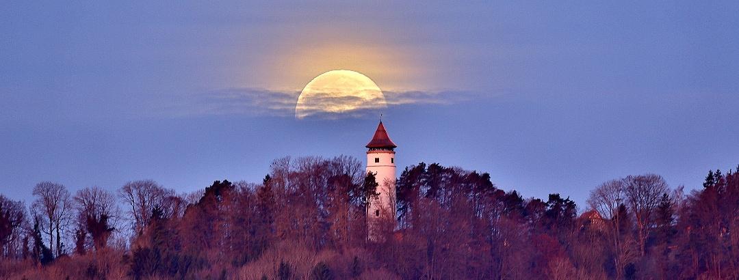 Turm  bei Vollmond