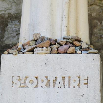 Statue avec cailloux