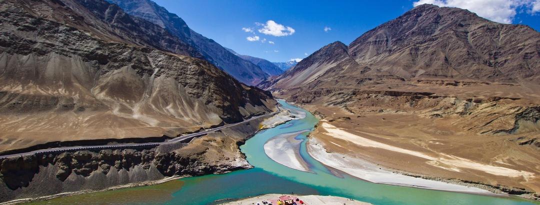लेह के पास निम्मुर में सिंधु और ज़ांस्कर नदी का संगम, लद्दाख, भारत