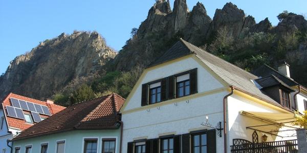 Blick auf die Felsen vom Ausgangspunkt in Dürnstein West