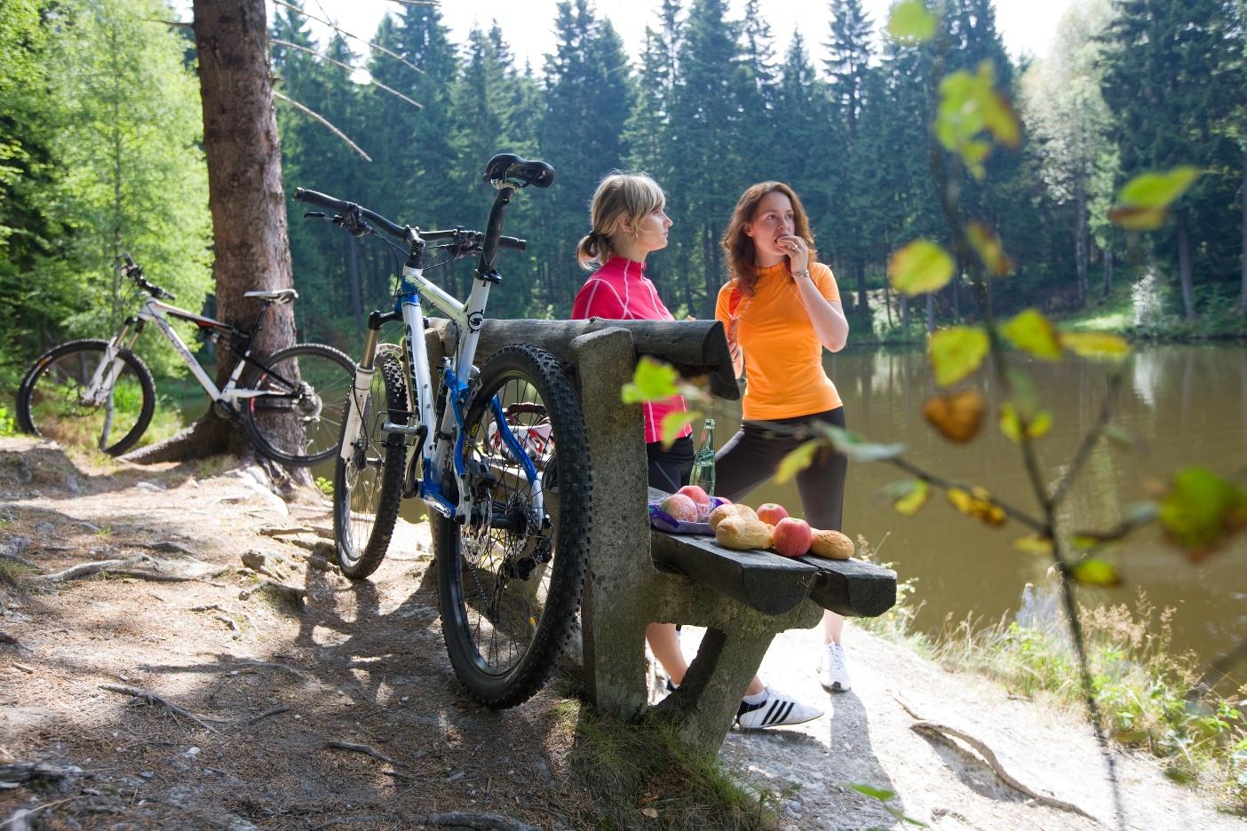 Radfahrer beim Picknick in Schöneck
