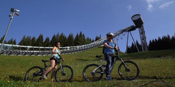 Radfahrer an der Vogtland Arena Klingenthal