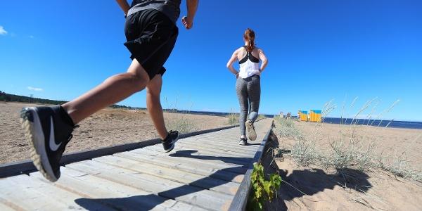 Heikkasärkkien rantareitti kulkee noin kahden kilometrin matkan Hiekkasärkkien lankkupolulla.
