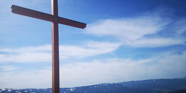 Das Gipfelkreuz auf der Großen Scheibe mit herrlichem Blick auf das Mürztal.