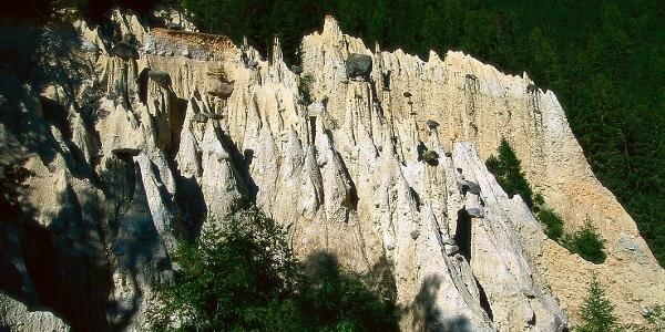 Die Rundwanderung führt von Oberwielenbach, am Eingang des Wielentales, zu denErdpyramiden von Platten.