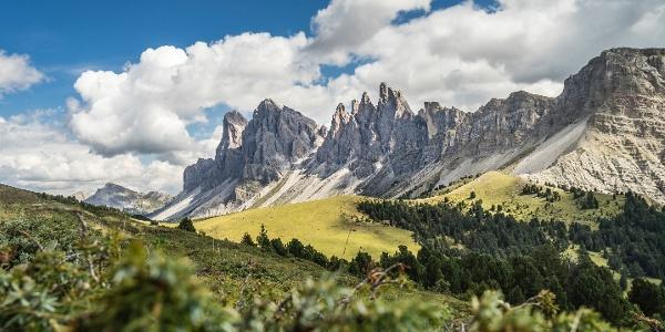 In der dritten Etappe wandern wir im Schatten der 3000 m hoch aufragenden Felsformationen der Geislerspitzen.