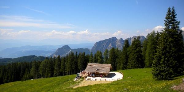 Der wunderschöne Ausblick über die Almhütte Messnerjoch bei Tiers.