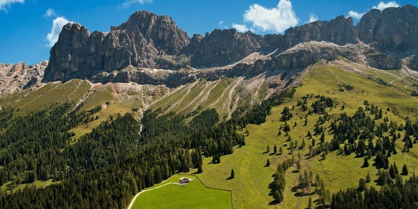Wanderung zur Almhütte Messnerjoch bei Tiers. Im Hintergrund die 2.981 m hohe Rosengartenspitze.