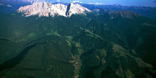 Von Obereggen am Fuße des Latemar geht es über das Reiterjoch in das Fleimstal.