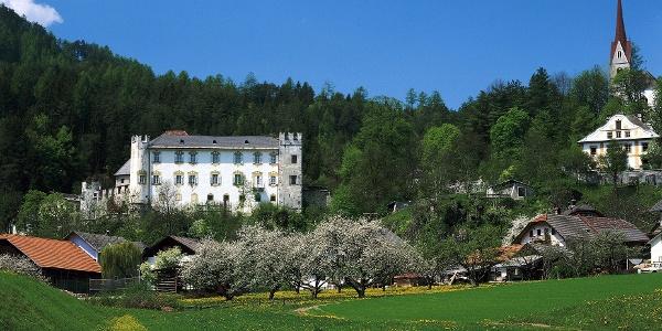 Vorbei an der prunkvollen Ehrenburg mit Schloss Ehrenburg.