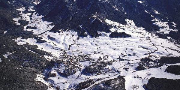 Die Loipe führt direkt oberhalb vom Dorf Kastelruth entlang.