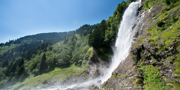 Familienwanderung zum tosenden Partschinser Wasserfall mit 97 m Fallhöhe.