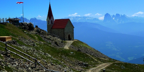 Known and a popular destination: the church Latzfonser Kreuz with its breathtaking panorama over the Dolomites.