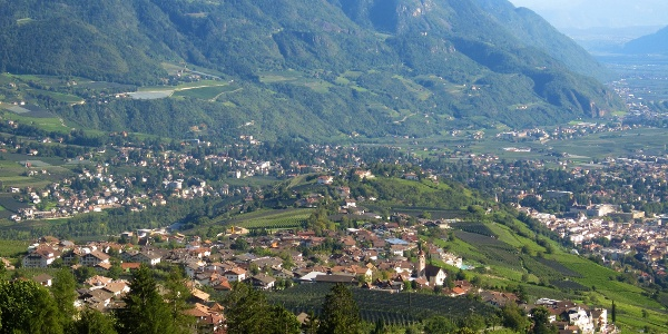 Der Panoramaweg Dorf Tirol führt in die Thermenstadt Meran hinunter.